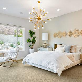 Esempio di una camera matrimoniale minimalista con pareti beige, moquette, nessun camino, pavimento beige e letto davanti alla finestra
