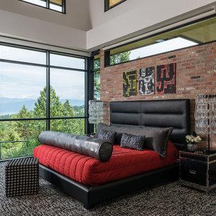 Imagen de dormitorio principal, contemporáneo, con moqueta y paredes rojas