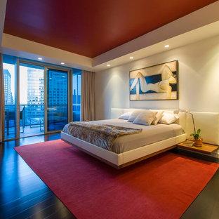 Пример оригинального дизайна: хозяйская спальня среднего размера в стиле модернизм с белыми стенами и темным паркетным полом