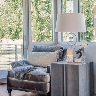 他の地域の巨大なコンテンポラリースタイルのおしゃれな主寝室 (白い壁、無垢フローリング、両方向型暖炉、石材の暖炉まわり、茶色い床) のインテリア