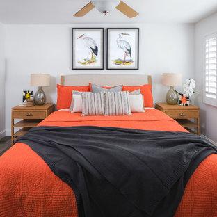 Imagen de habitación de invitados costera, de tamaño medio, con paredes beige y suelo de baldosas de porcelana