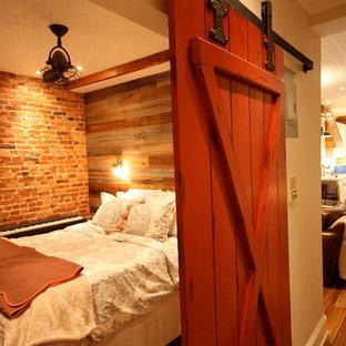 Aménagement d'une petit chambre parentale campagne avec un mur gris et un sol en bambou.