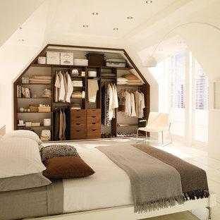 Idée de décoration pour une grand chambre d'amis design avec un mur blanc.