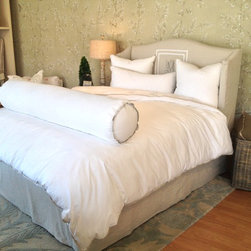 Quatrine Dallas - Slipcovered Lauren bed with custom bedding