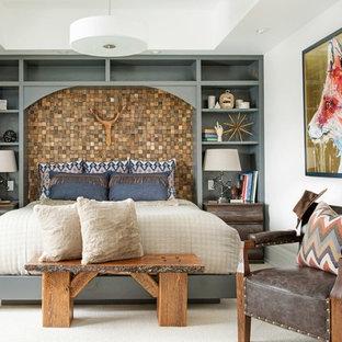 Modelo de dormitorio de estilo americano con paredes blancas, moqueta y suelo blanco