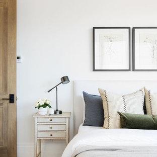 Diseño de habitación de invitados tradicional renovada, grande, con paredes blancas, moqueta y suelo multicolor