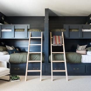 Imagen de habitación de invitados clásica renovada, grande, con paredes blancas, moqueta y suelo gris