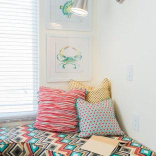 Idéer för små maritima gästrum, med gula väggar, vinylgolv och brunt golv