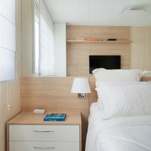 Idéer för ett litet modernt huvudsovrum, med beige väggar och klinkergolv i porslin