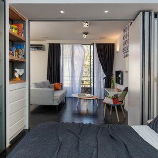 Foto de dormitorio tipo loft, actual, pequeño, con paredes blancas y suelo de madera pintada