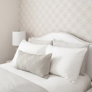 Ejemplo de habitación de invitados actual, de tamaño medio, con paredes grises y suelo de madera oscura