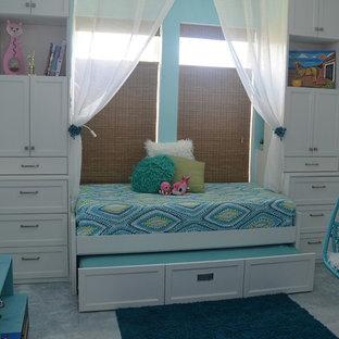 Свежая идея для дизайна: маленькая гостевая спальня в морском стиле с синими стенами, бетонным полом и белым полом - отличное фото интерьера