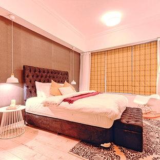 Ispirazione per una camera matrimoniale minimal di medie dimensioni con pareti grigie e pavimento in compensato