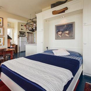 Ispirazione per una camera da letto costiera con pavimento in legno verniciato e pavimento blu