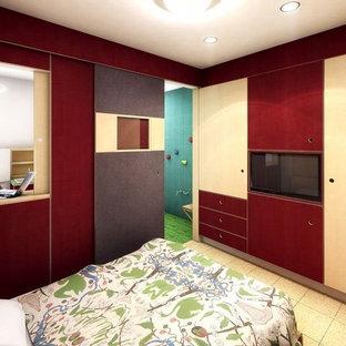 Foto de habitación de invitados actual, pequeña, con paredes rojas y suelo de corcho