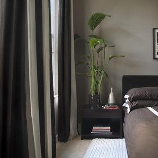 Immagine di una piccola camera degli ospiti contemporanea con pareti grigie e pavimento in travertino