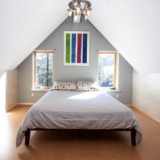 Immagine di una camera da letto in montagna con pareti grigie, pavimento in sughero e pavimento marrone