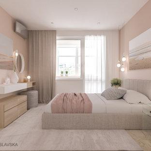 Ejemplo de dormitorio principal, contemporáneo, pequeño, con paredes beige, suelo laminado y suelo beige