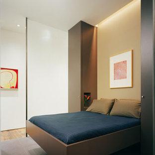 Diseño de habitación de invitados contemporánea, pequeña, sin chimenea, con paredes beige y suelo de pizarra