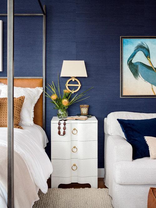 chambre avec une chemin e d 39 angle et un sol en bois clair photos et id es d co de chambres. Black Bedroom Furniture Sets. Home Design Ideas