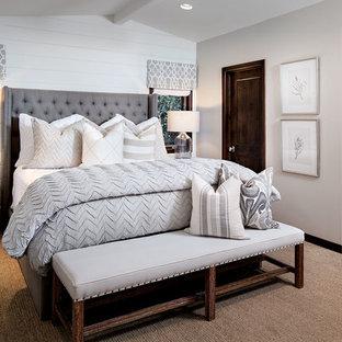 Inspiration pour une grande chambre traditionnelle avec un mur gris.