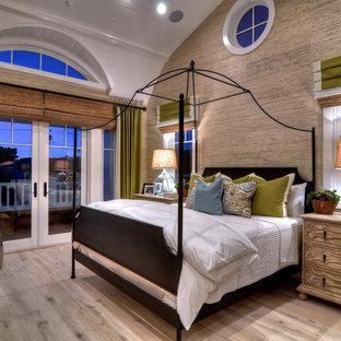 Inspiration pour une grand chambre parentale design avec un mur multicolore, un sol en bois clair, aucune cheminée et un sol marron.