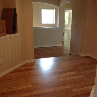 Foto de dormitorio tipo loft, grande, con paredes blancas, suelo de madera clara y suelo amarillo