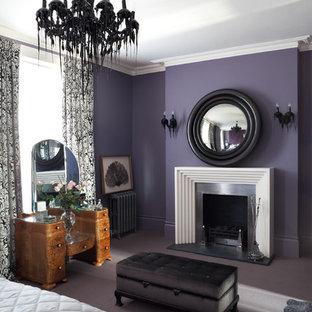 Idee per una camera matrimoniale eclettica di medie dimensioni con pareti viola, moquette, camino classico, cornice del camino in metallo e pavimento viola