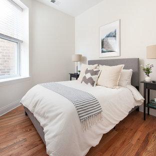 Diseño de habitación de invitados escandinava, pequeña, con paredes blancas y suelo de madera en tonos medios