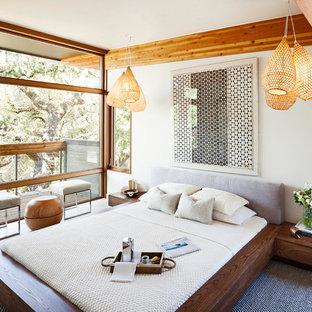 На фото: хозяйская спальня в восточном стиле с кроватью у окна без камина с
