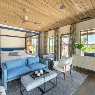 Ispirazione per una grande camera degli ospiti country con pareti bianche, parquet scuro, pavimento marrone, soffitto in legno e pareti in perlinato