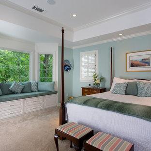 Immagine di una grande camera matrimoniale classica con pareti blu, moquette e nessun camino