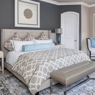 Idee per una grande camera matrimoniale classica con pareti grigie, moquette, camino classico, cornice del camino piastrellata e pavimento beige