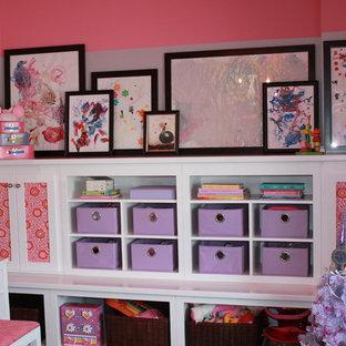 カンザスシティの中サイズのコンテンポラリースタイルのおしゃれな寝室 (ピンクの壁、カーペット敷き) のインテリア