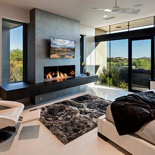 Неиссякаемый источник вдохновения для домашнего уюта: большая хозяйская спальня в стиле модернизм с бежевыми стенами, полом из керамогранита, горизонтальным камином и фасадом камина из бетона