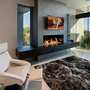 Diseño de dormitorio principal, minimalista, grande, con paredes beige, suelo de baldosas de porcelana, chimenea lineal y marco de chimenea de hormigón