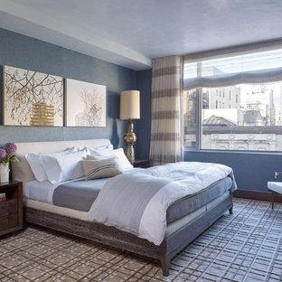 Ispirazione per una grande camera matrimoniale design con pareti blu e moquette