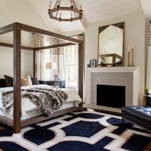 Landhausstil Schlafzimmer mit beiger Wandfarbe, dunklem Holzboden, Kamin, braunem Boden, freigelegten Dachbalken, Holzdielendecke und gewölbter Decke in Nashville