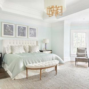 アトランタの大きいトランジショナルスタイルのおしゃれな主寝室 (無垢フローリング、暖炉なし、茶色い床、青い壁) のレイアウト
