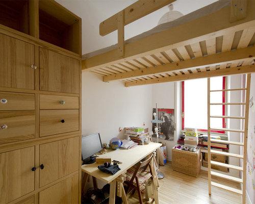 Inspiration pour une petite chambre mansarde ou avec mezzanine minimaliste avec un mur blanc et - Eclairage chambre mansardee ...