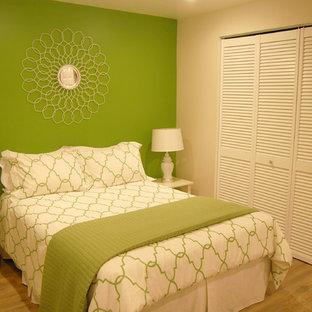Идея дизайна: спальня в классическом стиле с зелеными стенами и полом из фанеры