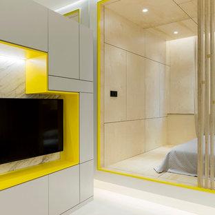 На фото: хозяйская спальня в современном стиле с белым полом