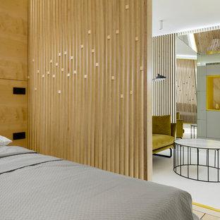 Пример оригинального дизайна: хозяйская спальня в современном стиле с белым полом
