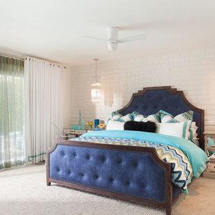 Свежая идея для дизайна: большая гостевая спальня в стиле современная классика с белыми стенами и ковровым покрытием без камина - отличное фото интерьера