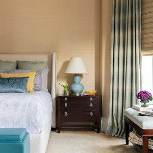 Идея дизайна: хозяйская спальня среднего размера в стиле современная классика с оранжевыми стенами и ковровым покрытием без камина