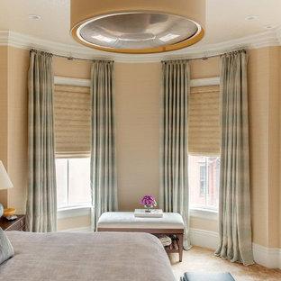 Foto de dormitorio principal, clásico renovado, de tamaño medio, sin chimenea, con parades naranjas y moqueta
