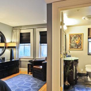 Imagen de dormitorio principal, contemporáneo, de tamaño medio, con paredes grises, suelo de madera clara y suelo naranja