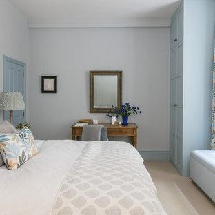Immagine di una camera da letto classica di medie dimensioni con pareti grigie, moquette e pavimento beige
