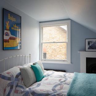 Foto på ett stort vintage gästrum, med grå väggar, skiffergolv, en standard öppen spis, en spiselkrans i trä och grått golv