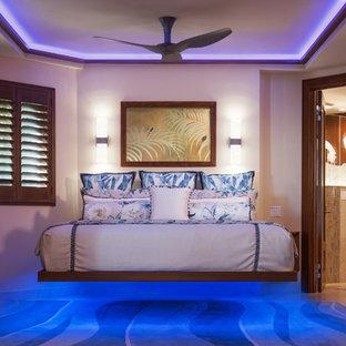 Diseño de dormitorio principal, exótico, con suelo de piedra caliza y suelo beige